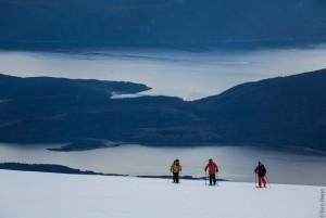 Degrees-North-Film-Lofoten-Gruppe-von-Drei-beim-Aufstieg-Skitour-EOFT