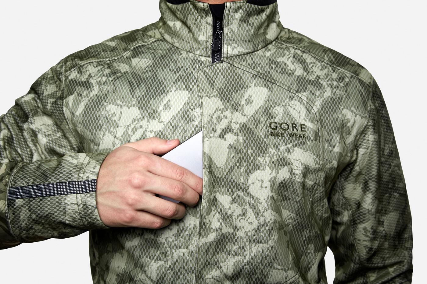 Gore-Bike-Wear-Jacke-Camouflage-mit-Smartphone