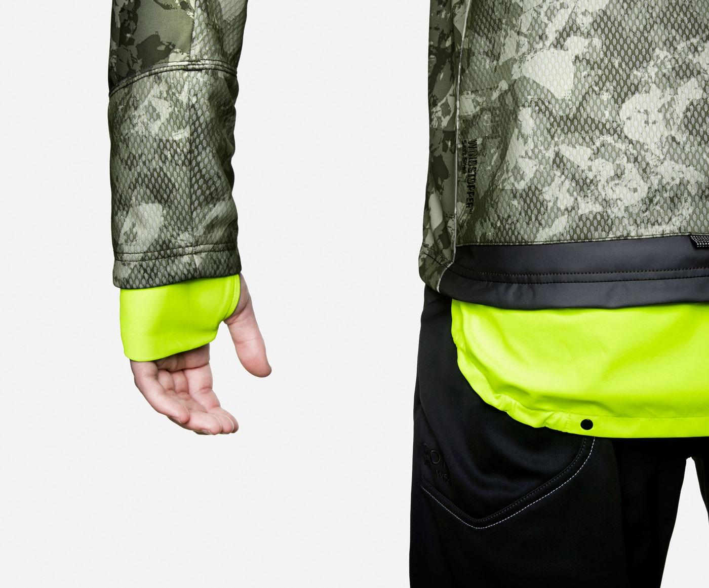 Gore-Bike-Wear-Jacke-mit-ausgeklapptem-Neon-Reflektor