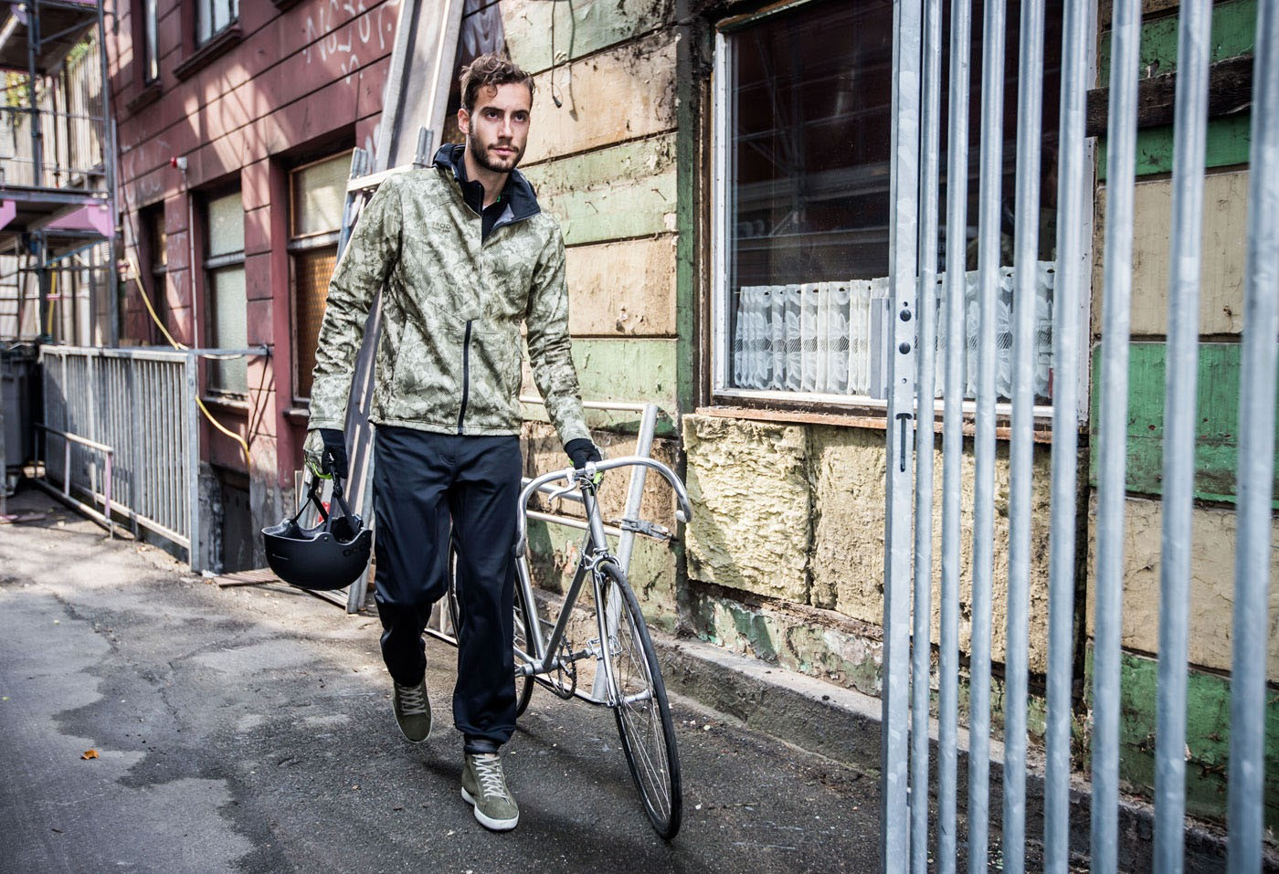 Gore-Bike-Wear-Radfahrer-mit-Rennrad
